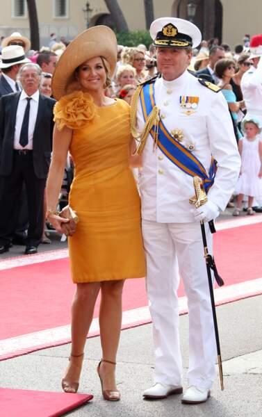 La robe courte moutarde et le maxi chapeau de Maxima des Pays-Bas de Charlotte Casiraghi au mariage du prince Albert et Charlene de Monaco