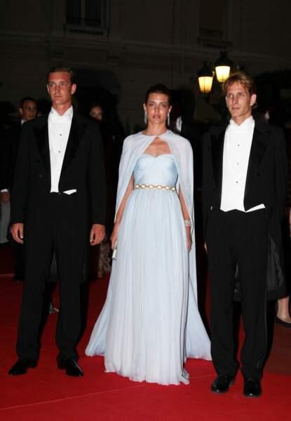 La robe de vestale de Charlotte Casiraghi ici, avec ses frères Pierre et Andrea, au mariage de Charlene et Albert de Monaco.