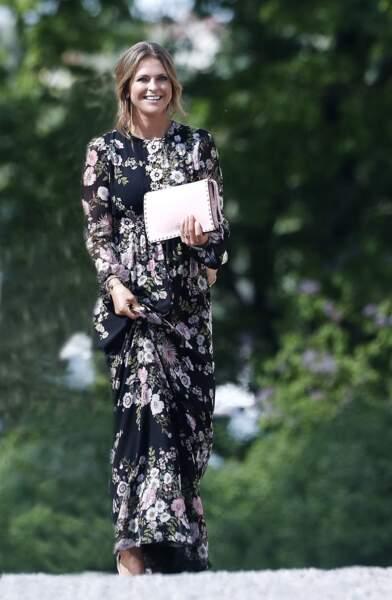 La robe longue fleurie de Madeleine de Suède au mariage de Victor Magnuson et Frida Bergstrom, le 27 mai 2017.