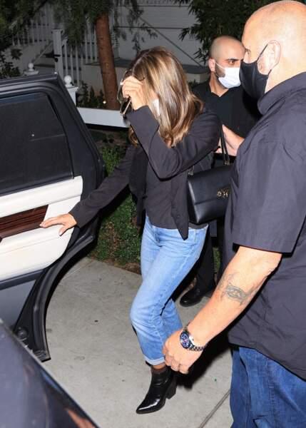A 52 ans, Jennifer Aniston fait toujours partie des stars au look parfait en mixant des basiques de la penderie.