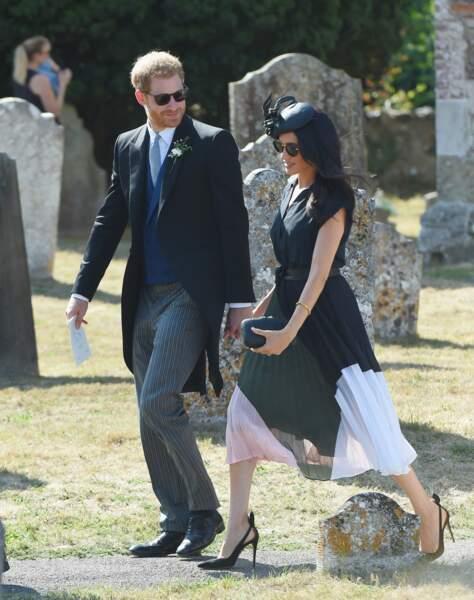 La très jolie jupe plissée et aérienne de Meghan Markle au mariage de Charlie Van Straubanzee et Daisy Jenkins, le 4 août 2018.