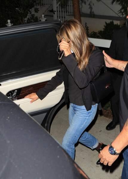 A 52 ans, Jennifer Aniston associe son cropped blazer avec un toopo noir et un jean pour un look chic et décontracté à la fois.