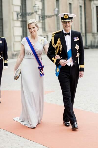 La robe lonngue et fluide de Sophie de Wessex au mariage du prince Carl Philip de Suède et Sofia Hellqvist, le 13 juin 2015.