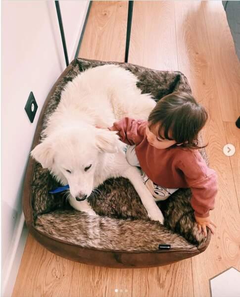 Maggy découvre les joies des animaux, et notamment des chiens. Alizée et Grégoire Lyonnet ont voulu adopté un chien croisé berger australien et patou.