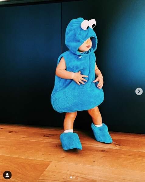 Maggy dans sa tenue de Halloween, Cookie Monster, prise en photo par sa maman.