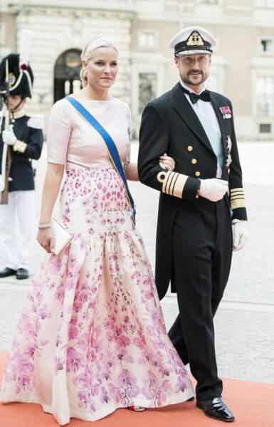 La jupe longue et fleurie de la princesse Mette-Marit de Norvège au mariage du prince Carl Philip de Suède, le 13 juin 2015.
