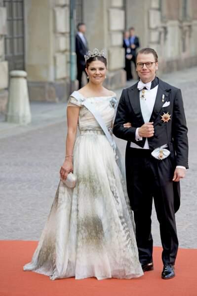 La robe longue et col bateau de Victoria de Suède au mariage de Carl Philip de Suède et Sofia Hellqvist, le 13 juin 2015.