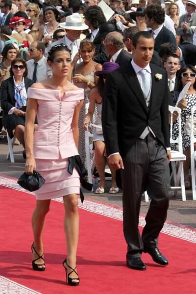 Le toop col bateau et la jupe courte rose pale de Charlotte Casiraghi au mariage du prince Albert et Charlene de Monaco