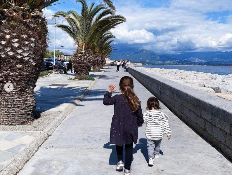 Une petite fille heureuse de vivre en Corse.