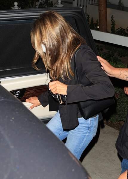 Jennifer Aniston craque elle aussi pour le cropped blazer so 2021.