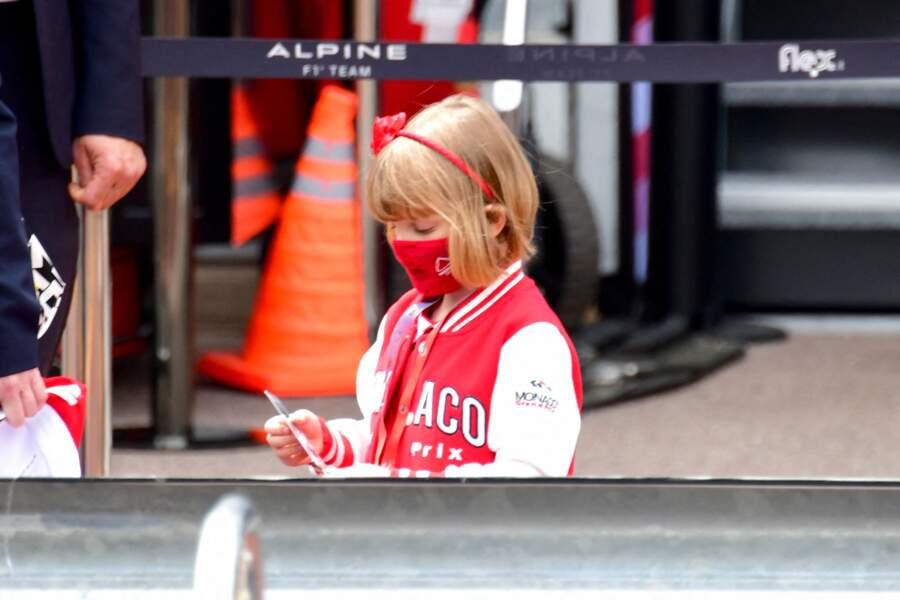 La princesse Gabriella vêtue de rouge pour cette sortie.