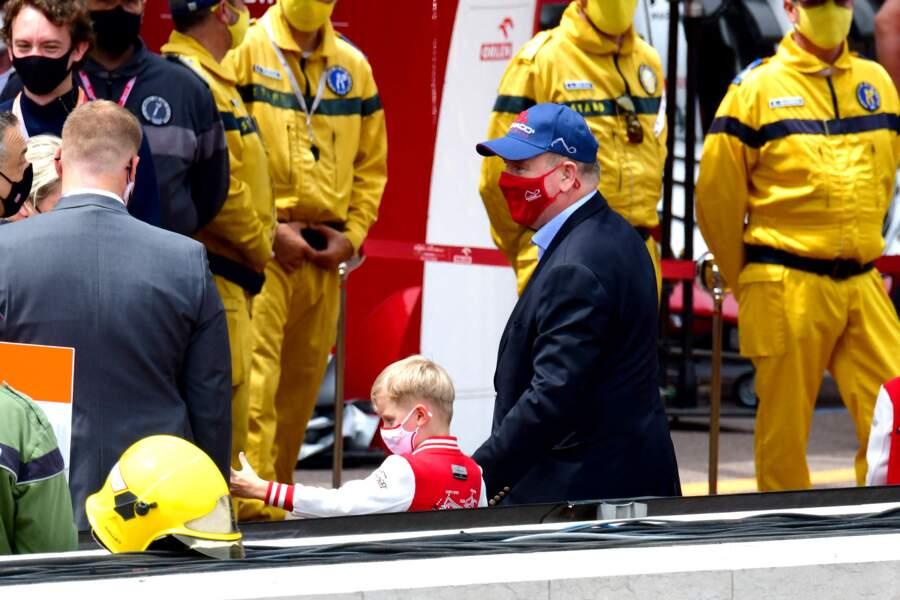 Une visite des stands pour le prince Albert II et ses jumeaux.