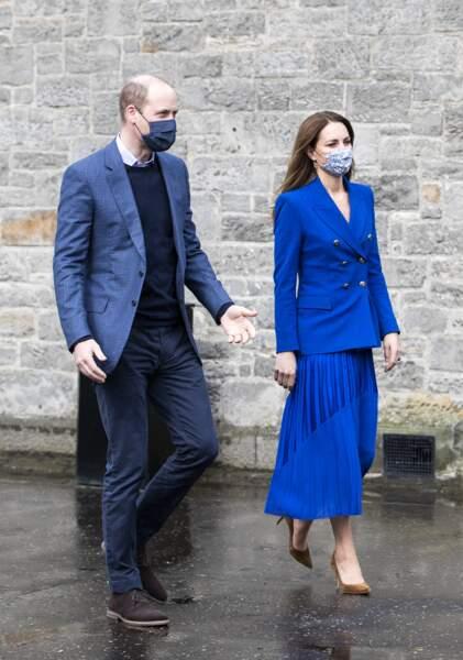 Le prince William et Kate Middleton arrivent pour aider à préparer des repas avec des représentants de Sikh Sanjog, qui seront distribués aux familles vulnérables, dans la cuisine du café du Palace de Holyroodhouse à Édimbourg, le 24 mai 2021.