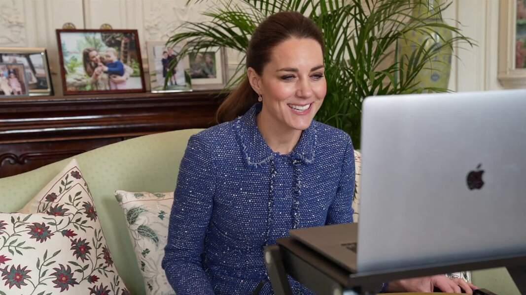 Kate Middleton et ses boucles d'oreilles fantaisie, Missoma London, le 5 février 2021.