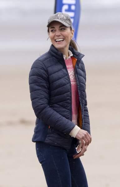 Même en mode sportswear, Kate Middleton mise sur une jolie paire de créoles en Ecosse,  le 26 mai 2021.