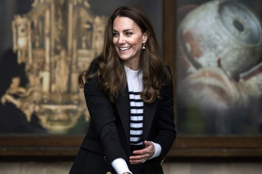 Kate Middleton porte à nouveau ses boucles d'oreilles en or et perles Simone Rocha, le 26 mai 2021.
