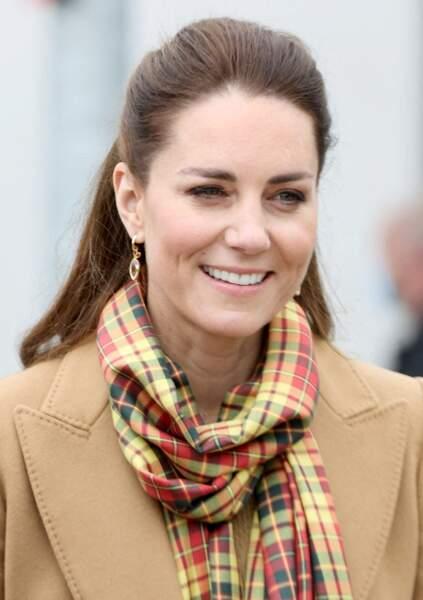Kate Middleton ne quitte plus sa paire de boucles d'oreilles fines en or 18 carats , ici en Ecosse, le 25 mai 2021.