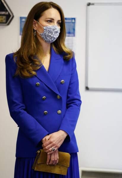 Kate Middleton porte pour la prmeière fois ses nouvelles boucles d'oreilles en or 18 carats, le 27 mai 2021, en Ecosse.