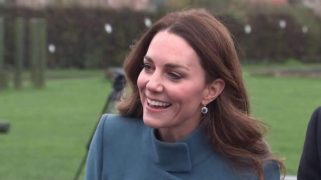 Kate Middleton porte les boucles d'oreilles ornées de saphir assorties à sa bague de fiançailles, le 7 décembre 2020.