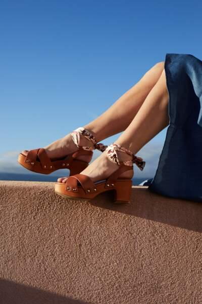 Sandale à talon en cuir lisse et bride en toile à motifs, 110€, Soi Paris X Bocage