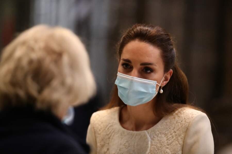 Kate Middleton mixe deux paires de boucles d'oreilles : des perles Annoushcka et  des créoles en diamant Kiki McDonough, à Londres,  le 23 mars 2021.