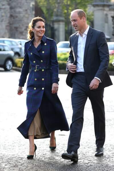 Trench long, jupe plissée en lurex et escarpins, Kate Middleton au top de la tendances estivale, le 26 mai 2021.