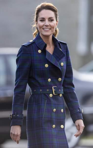 Kate Middleton chic et singulière dans un tout nouveau trench long et à l'imprimé tartan signé Holland Cooper à 849£ (environ 983€).