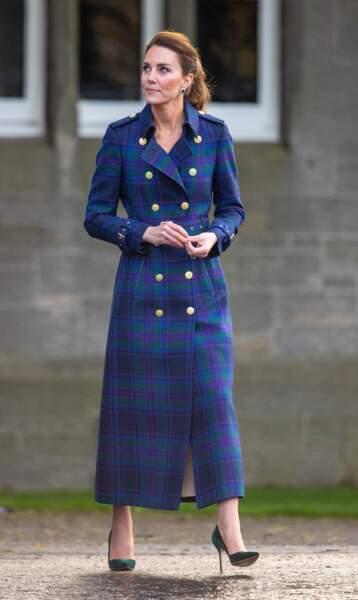 Kate Middleton voue une vraie passion à l'imprimé tartan comme le prouve ce nouveau trench long signé de la marque Holland Cooper.
