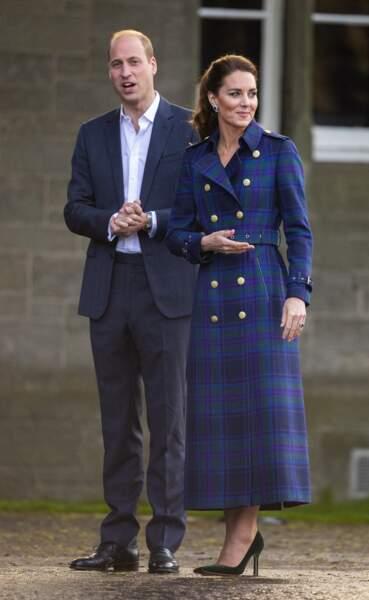 """Kate Middleton très élégante en trench talons et escarpins, et le prince William pour la projection du film """"Cruella"""", en Ecosse, le 26 mai 2021."""