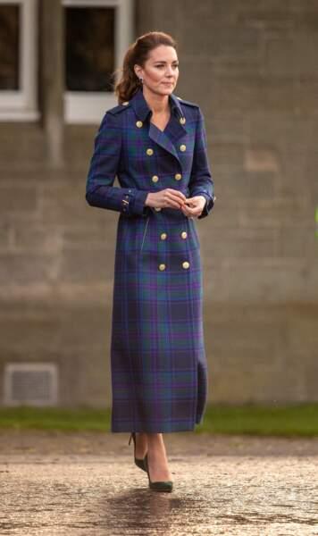 Kate Middleton mixe nouveau trench long et recycle ses escarpins verts signés Manolo Blahnik, en Ecosse, le 26 mai 2021.