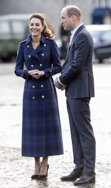 """Kate Middleton très élégante en trench talons et escarpins, et le prince William pour la projection du film """"Cruella"""", en Ecosse, le 26 mai 2021"""