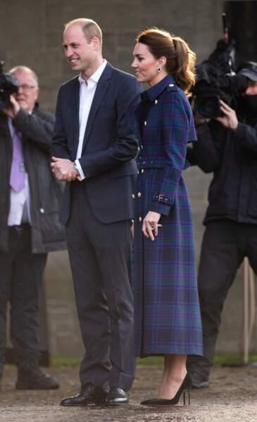 Kate Middleton chic et singulière dans un tout nouveau trench long lors de son voyage en Ecosse, le 26 mai 2021.