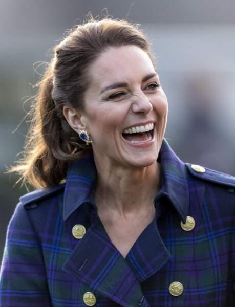 Kate Middleton mise aussi sur une jolie queue-de-cheval haute pour laisser voir le col très travaillé de son trench-coat en tartan.