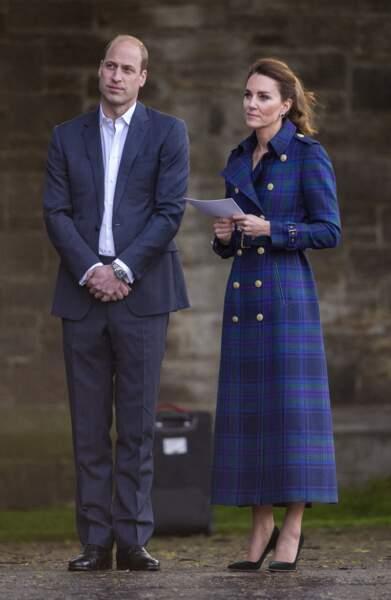 Kate Middleton déjà adepte des manteaux longs, craque pour un trench long, l'une des pièces les plus tendances de la mi-saison.