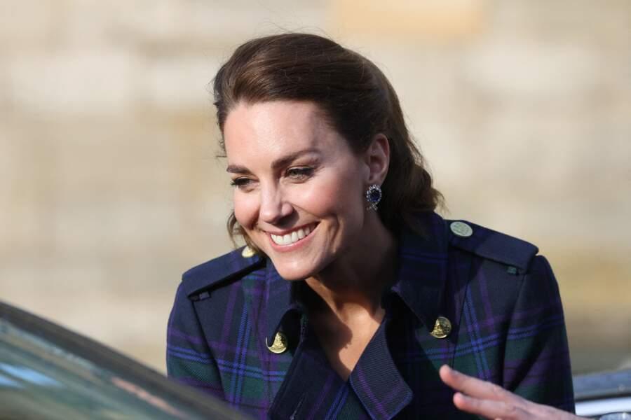 Kate Middleton porte aussi les boucles d'oreilles en saphir et diamant offerts par la Reine.