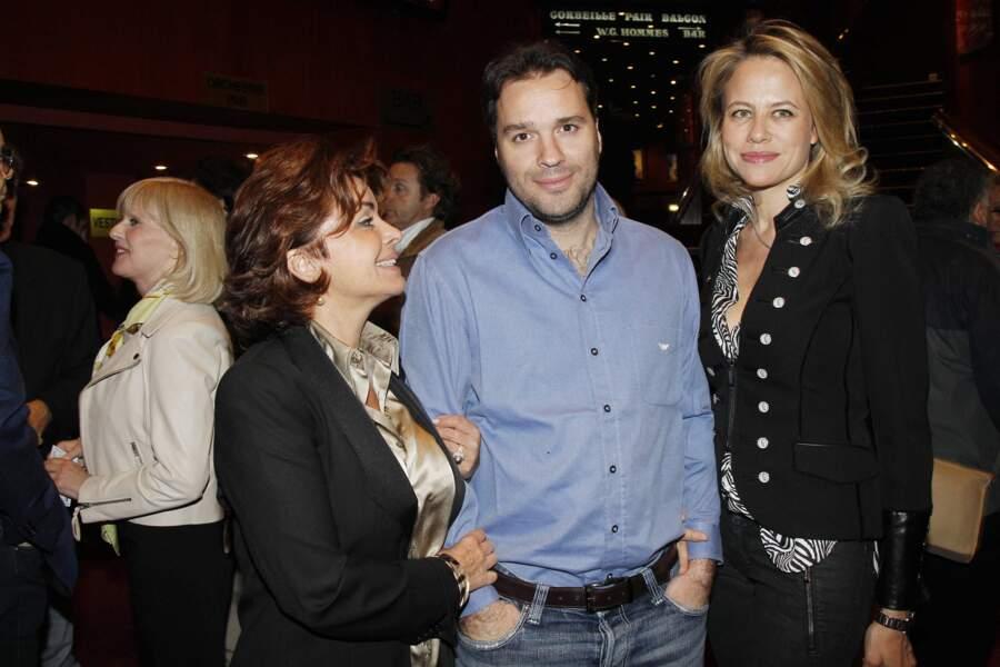 """Laurent Tapie, avec sa mère Dominique, et son épouse, lors de la générale de la pièce """"Les Montagnes russes"""", au théâtre Comédia, à Paris, en avril 2012."""