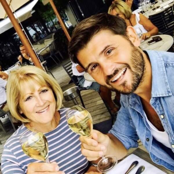 Un petit verre en terrasse pour Christophe Beaugrand avec sa mère.