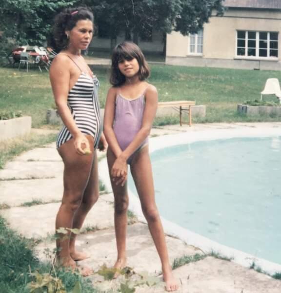 Karine Ferri a partagé une photo d'elle enfant aux côtés de sa mère pour l'occasion.