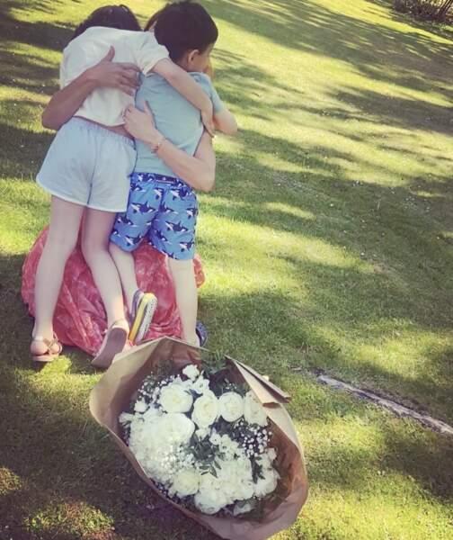 Faustine Bolloaert est une maman comblée avec ses enfants pour la fête des mères.