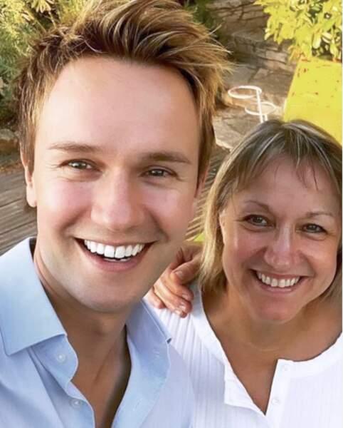 Cyril Feraud avec sa maman en selfie à l'occasion de la fête des mères.