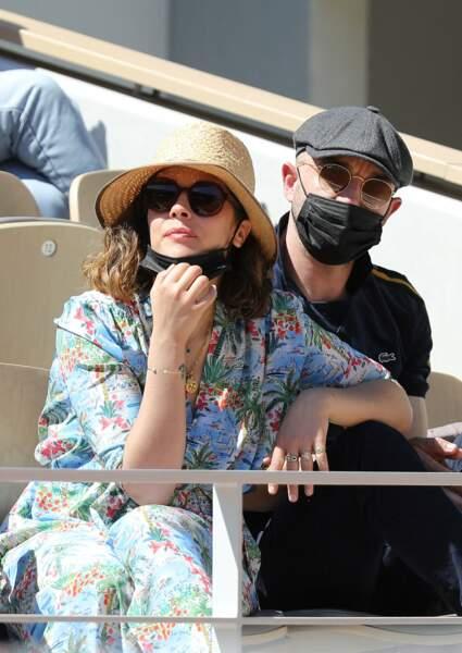 Alysson Paradis et son compagnon Guillaume Gouix dans les tribunes de Roland Garros à Paris, le 30 mai 2021