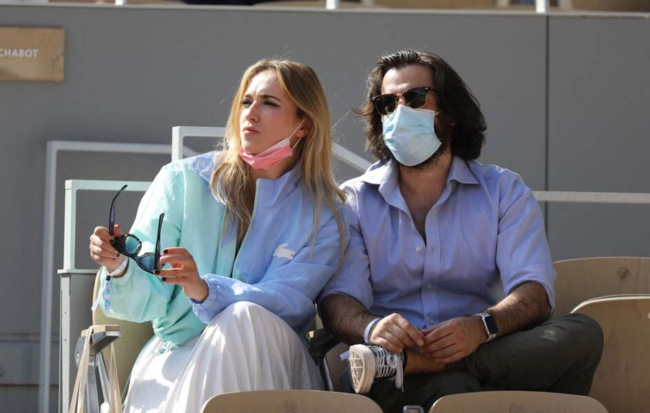 Chloé Jouannet accompagnée de Nikola Lange, créateur de la série Derby Girl dans les gradins du tournoi Roland Garros à Paris