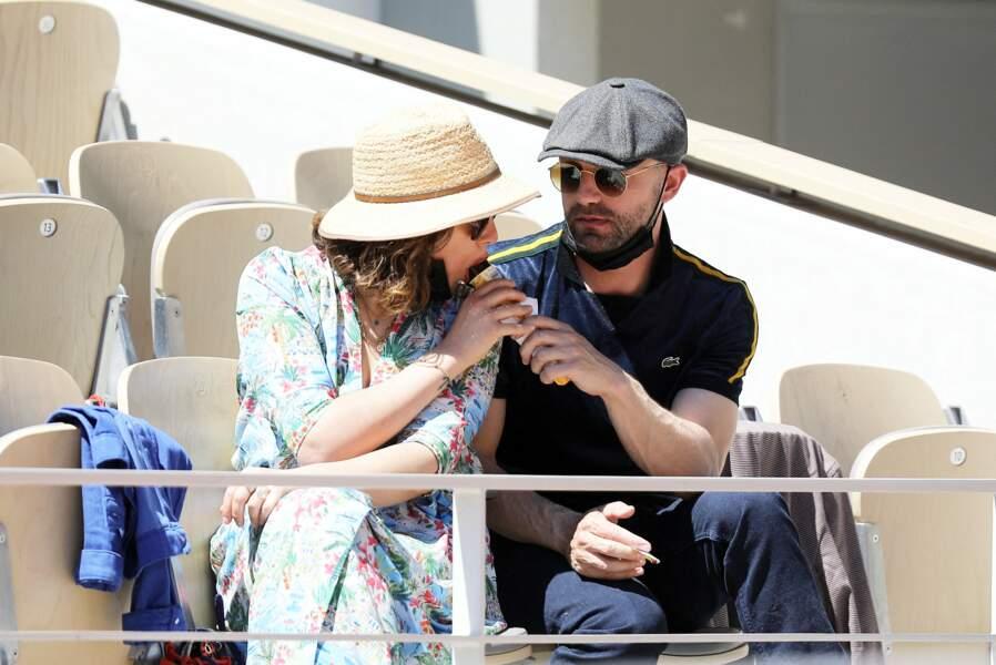 Alysson Paradis et Guillaume Gouix dans les tribunes du tournoi de Roland Garros à Paris, le 30 mai 2021