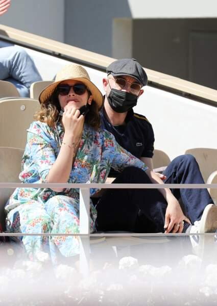 Alysson Paradis et l'acteur Guillaume Gouix dans les tribunes du tournoi de Roland Garros à Paris, le 30 mai 2021