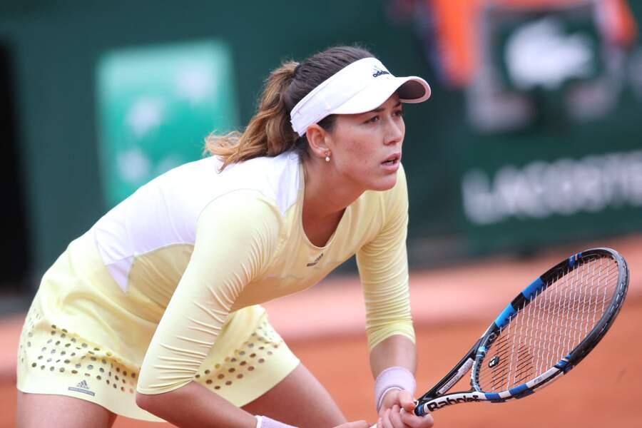 Garbine Muguruza en tenue jaune et ajourée à Roland Garros en 2016