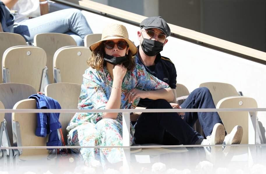 Alysson Paradis et son compagnon Guillaume Gouix  assistent au tournoi de Roland Garros à Paris, le 30 mai 2021