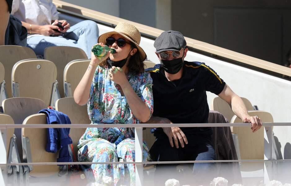 Alysson Paradis et Guillaume Gouix dans les tribunes du tournoi de Roland Garros à Paris, ce dimanche 30 mai 2021