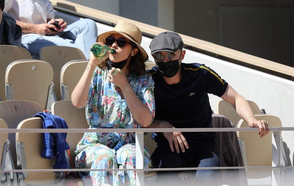 Alysson Paradis et son compagnon Guillaume Gouix dans les tribunes du tournoi de Roland Garros à Paris, le 30 mai