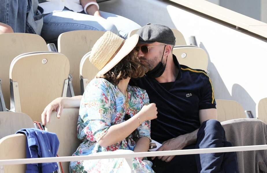 Alysson Paradis embrasse son compagnon Guillaume Gouix dans les tribunes du tournoi de Roland Garros à Paris, le 30 mai 2021