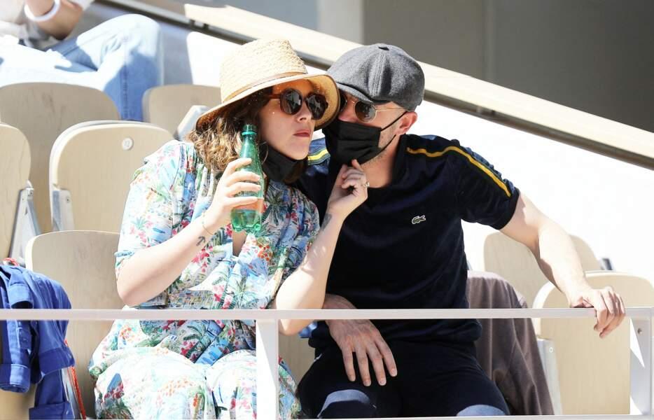 Alysson Paradis et son amoureux Guillaume Gouix dans les tribunes du tournoi de Roland Garros, le 30 mai 2021